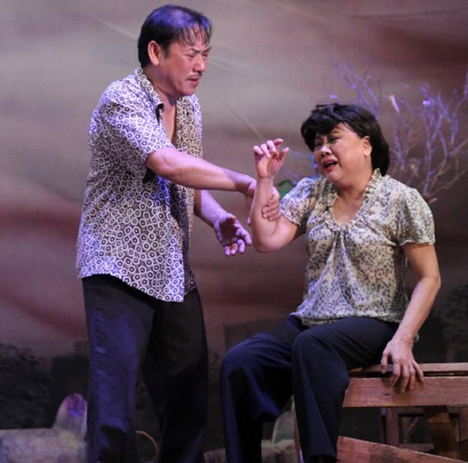 """Cảnh trong vở """"Rau răm ở lại"""" của Sân khấu Hoàng Thái Thanh. (Ảnh do sân khấu cung cấp)"""