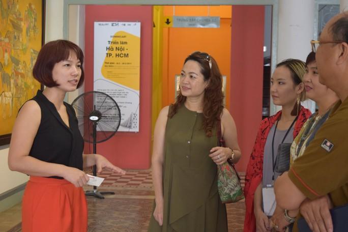 """Bà Nguyễn Thị Phương Nhung, Giám đốc điều hành RealArt, đang giới thiệu với khách tại triển lãm """"Hà Nội - TP HCM"""""""