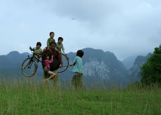 """Một cảnh trong """"Cha cõng con"""", phim tranh giải Cánh diều 2016. (Ảnh do nhà phát hành cung cấp)"""