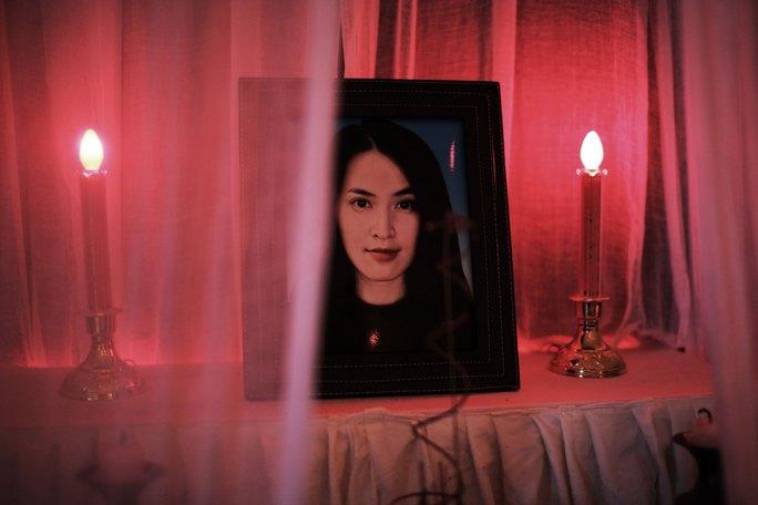 """Ảnh diễn viên Tú Vi lên bàn thờ trong phim """"Quả tim máu"""". (Ảnh do nhà phát hành cung cấp)"""
