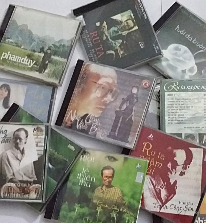 Liệu những bài hát đã được cấp phép phát hành trên các sản phẩm băng đĩa này có bị xin phép lại? Ảnh: HUY NGUYÊN