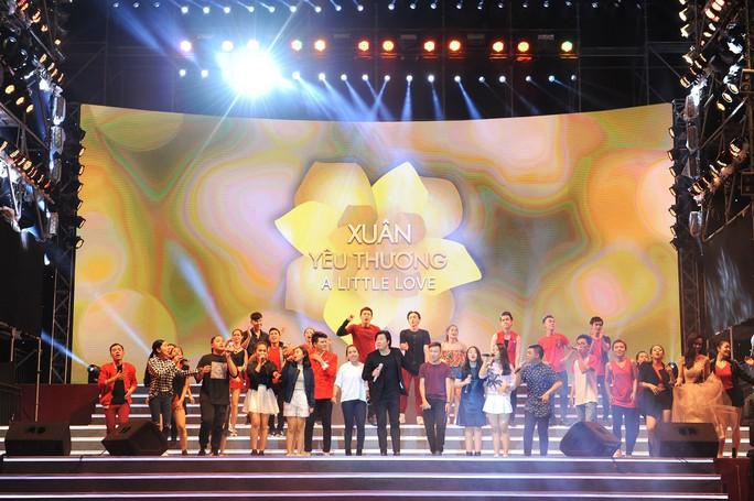 Ca sĩ - nhạc sĩ Thanh Bùi biểu diễn cùng nhóm Soul Club trên sân khấu