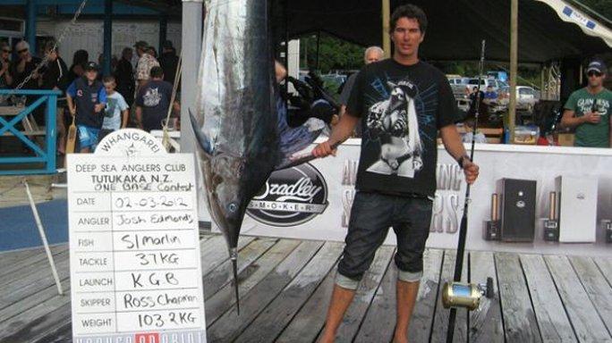 Ross Chapman bên cạnh con cá kiếm câu được vào năm 2012. Ảnh: Facebook
