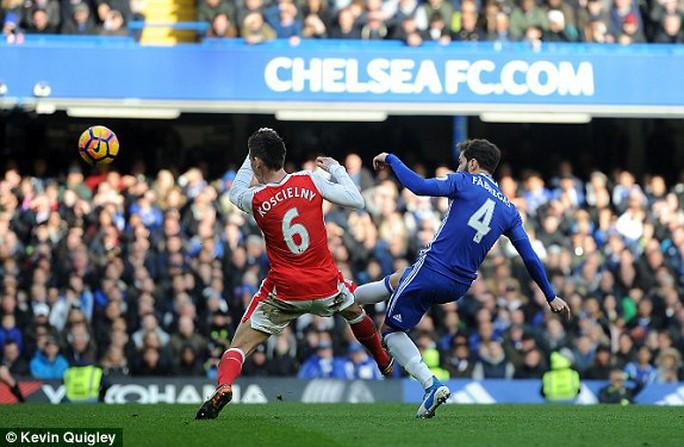Fabregas lốp bóng vào lưới trống sau đường chuyền sai địa chỉ của Cech