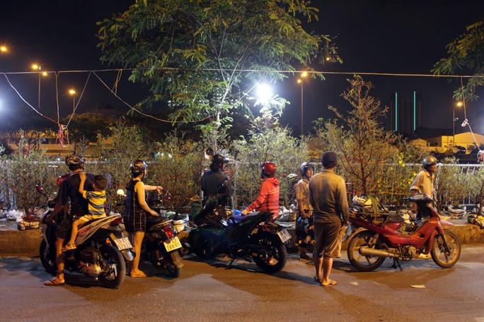 Đến gần nửa đêm, người dân tham quan và mua cây, hoa tại bên Bình Đông vẫn rất nhộn nhịp.