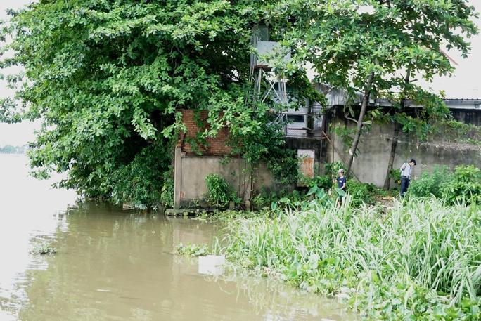 Kinh hãi 27 căn nhà sắp tuột xuống sông Sài Gòn! - Ảnh 12.