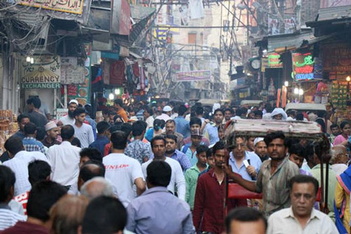 Khó tìm được một gương mặt phụ nữ trong đám đông trên con đường này ở New Delhi - Ấn Độ Ảnh: NIKKEI ASIAN REVIEW