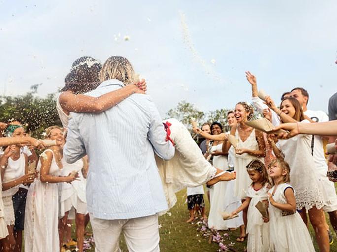 Không ít người Mỹ đối mặt gánh nặng tài chính từ việc được mời dự đám cưới Ảnh: CJOB