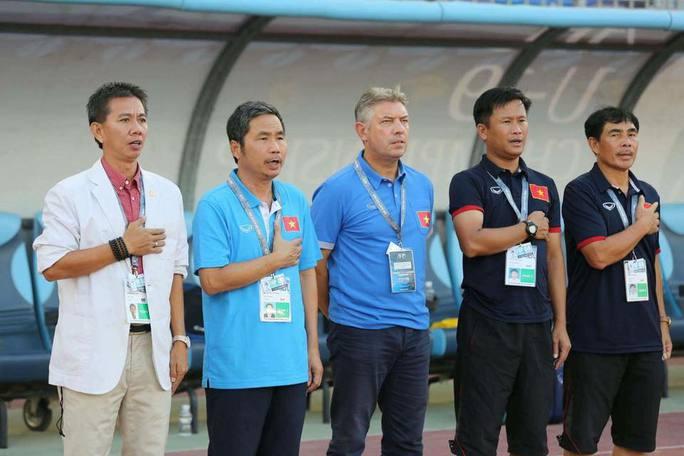 HLV Đinh Hồng Vinh (thứ hai bên phải) sẽ thay thế HLV Hoàng Anh Tuấn (trái) ở tuyển U19 Việt Nam