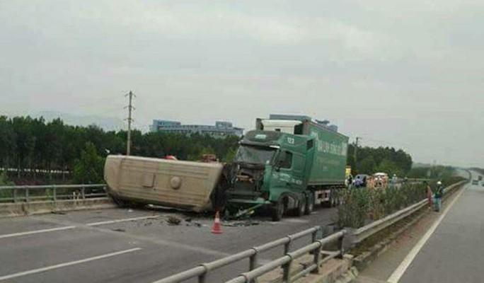 Xe container tông xe khách 28 người lật ngang trên cao tốc - Ảnh 1.