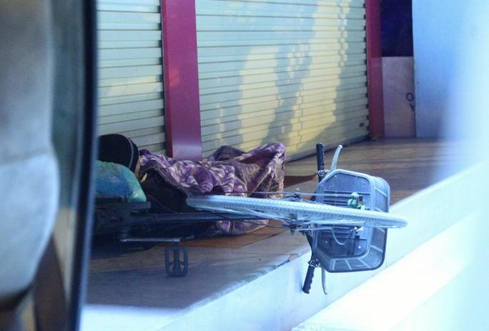 Cảnh màn trời chiếu đất của những người vô gia cư trong đêm Đông Hà Nội - Ảnh 4.