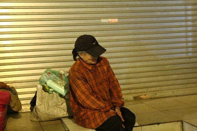Cảnh màn trời chiếu đất của những người vô gia cư trong đêm Đông Hà Nội - Ảnh 5.