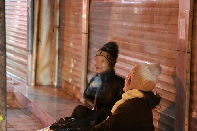 Cảnh màn trời chiếu đất của những người vô gia cư trong đêm Đông Hà Nội - Ảnh 6.