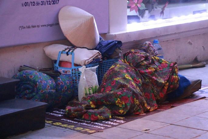 Cảnh màn trời chiếu đất của những người vô gia cư trong đêm Đông Hà Nội - Ảnh 7.