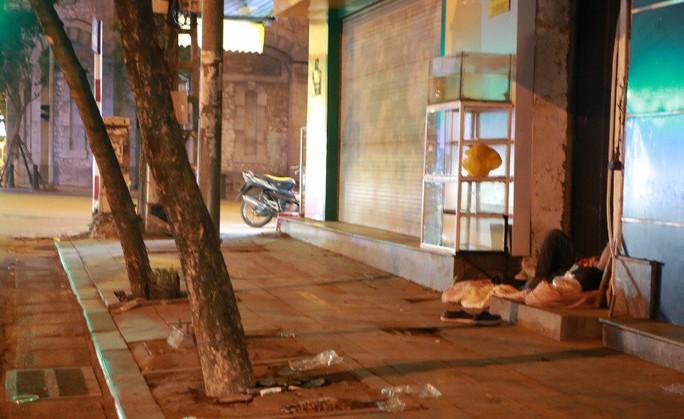 Cảnh màn trời chiếu đất của những người vô gia cư trong đêm Đông Hà Nội - Ảnh 8.
