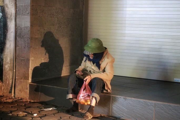 Cảnh màn trời chiếu đất của những người vô gia cư trong đêm Đông Hà Nội - Ảnh 9.