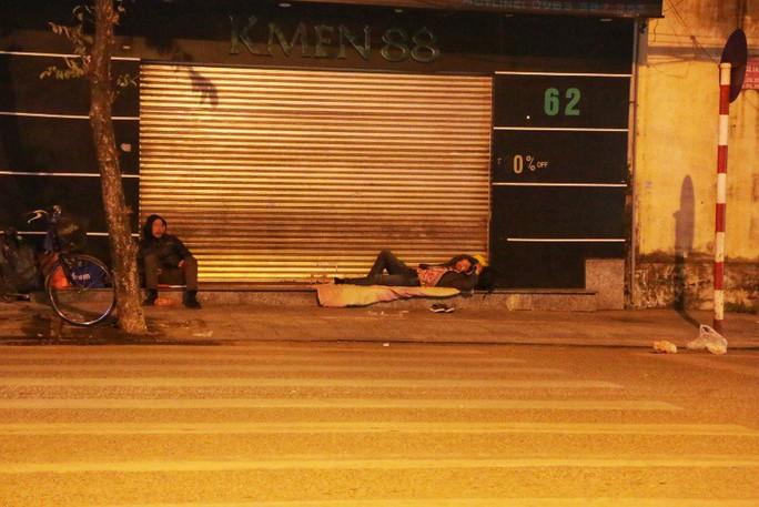 Cảnh màn trời chiếu đất của những người vô gia cư trong đêm Đông Hà Nội - Ảnh 10.