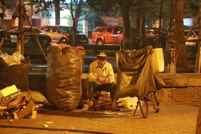 Cảnh màn trời chiếu đất của những người vô gia cư trong đêm Đông Hà Nội - Ảnh 12.