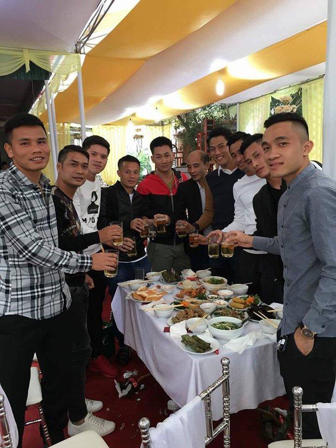 Thành Lương, Vũ Minh Tuấn, Sầm Ngọc Đức, Mạc Hồng Quân, Tuấn Linh, Thanh Hào rủ nhau về Thanh Hóa mừng cưới vợ chồng Văn Thắng
