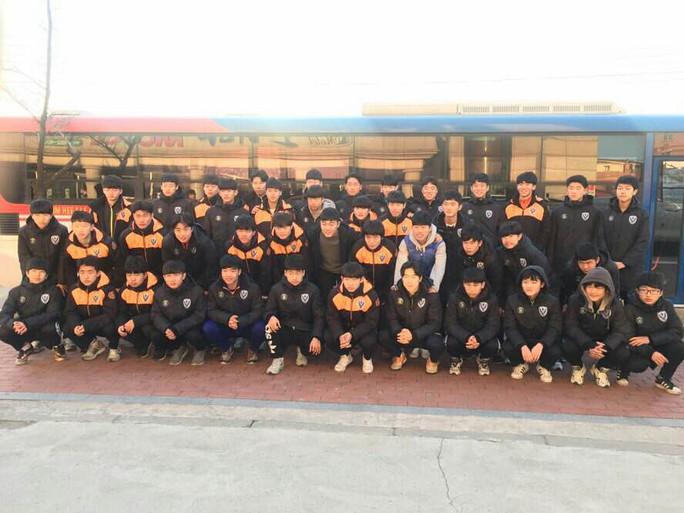 Sau đó đi thăm và chụp ảnh kỷ niệm với đội U18 Kim Tae Hee