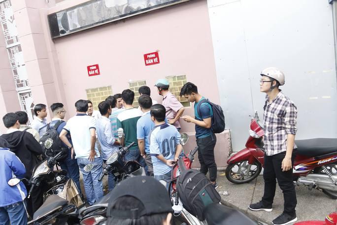 Khá đông khán giả xếp hàng chờ mua vé ở cửa sân Thống Nhất