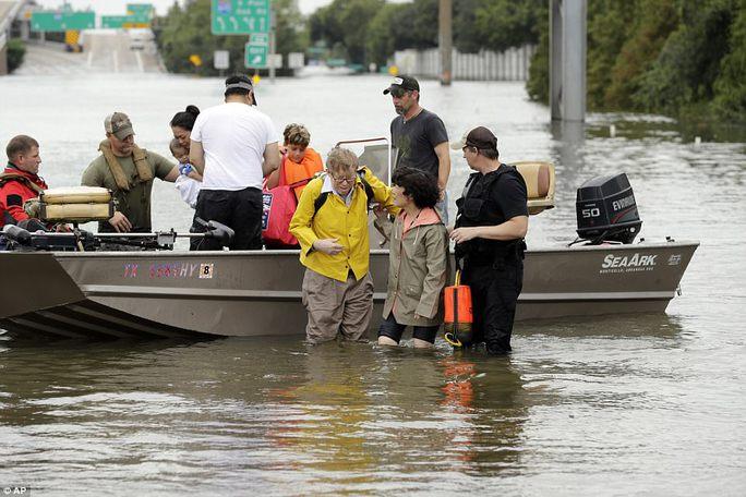 Mỹ xả đập cứu lũ cho Houston - Ảnh 13.