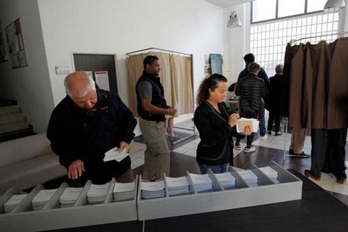Cử tri bỏ phiếu tại TP Marseille - Pháp ngày 23-4 Ảnh: REUTERS