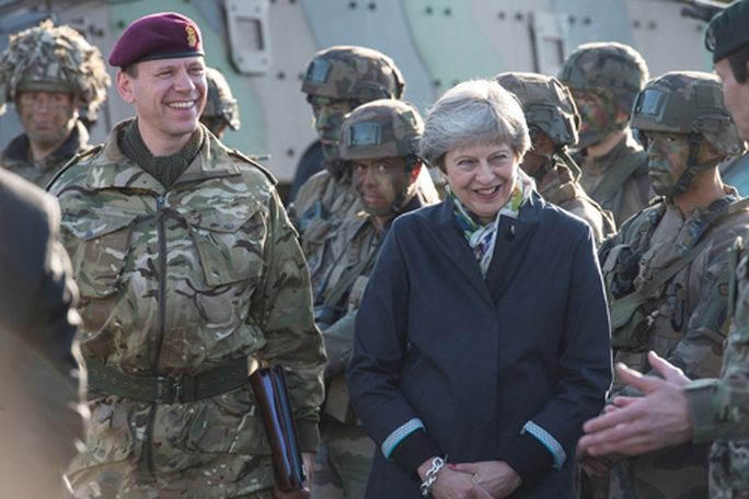 Lo Nga lấy thông tin, quân NATO giã từ điện thoại - Ảnh 1.