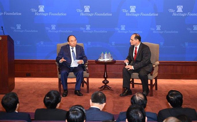 Thủ tướng Nguyễn Xuân Phúc trao đổi với các học giả Mỹ tại Viện Di sản Ảnh: VGP