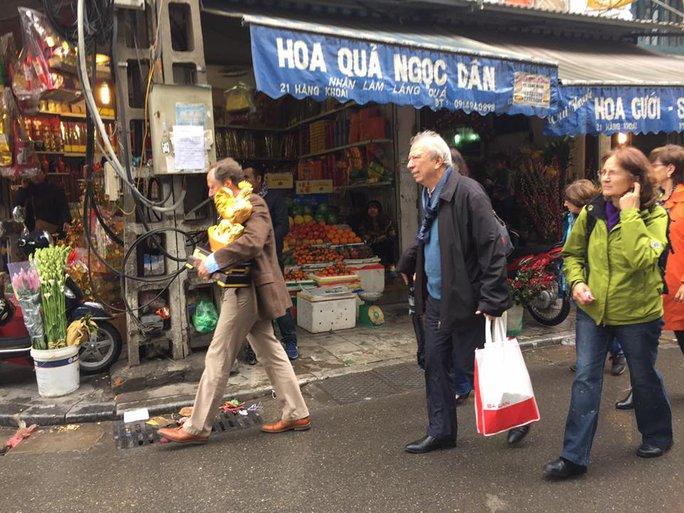 Các vị đại sứ đi chợ tết ở khu phố cổ gần chợ Đồng Xuân