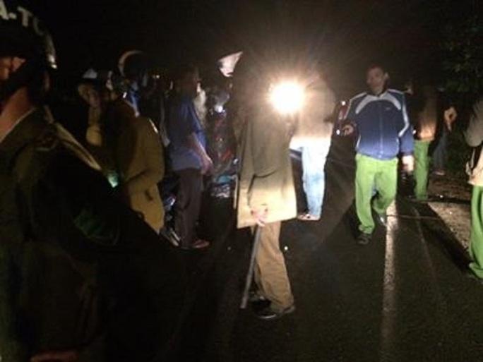 Công an tổ chức lực lượng tìm kiếm trong đêm tối Ảnh: Phúc Tánh