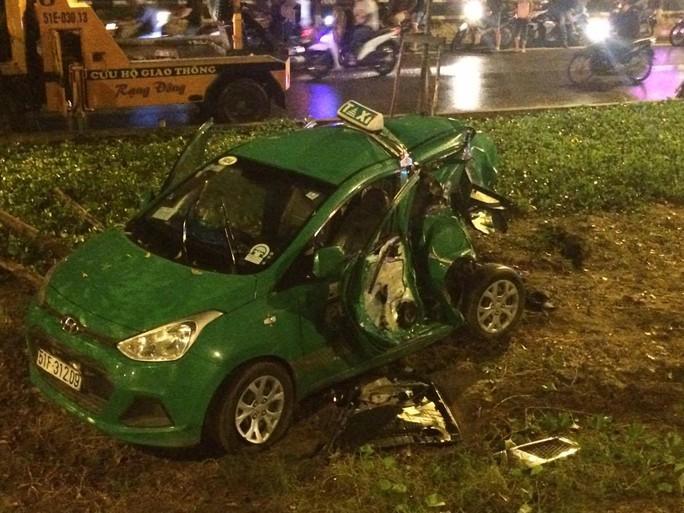 Chiếc taxi biến dạng hoàn toàn sau khi bị tông