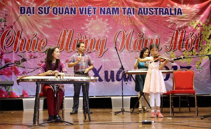 Ban nhạc của một gia đình kiều bào tại Canberra cũng nhiệt tình tham gia