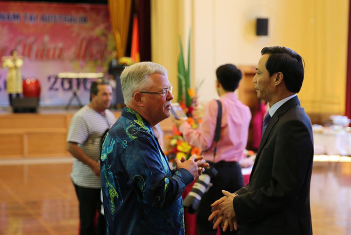 Đại sứ Việt Nam tại Úc Lương Thanh Nghị trò chuyện cùng GS Carl Thayer tại Tết cộng đồng. Theo Đại sứ, GS Carl Thayer là người, có thể nói, rất nặng lòng với Việt Nam và rất nhiệt tình tham gia các sự kiện do ĐSQ tổ chức dù bận đến mấy. Ông là một trong số hiếm hoi người nước ngoài thường xuyên đọc báo Nhân Dân (báo giấy). Trò chuyện với Đại sứ, ông hỏi sao vừa qua ở Việt Nam có nhiều ý kiến liên quan tới Tết và khuyên Việt Nam không nên bỏ Tết âm lịch.