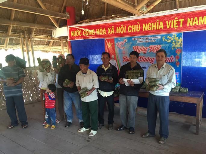 Từ tiền Chính phủ và địa phương hỗ trợ ăn Tết, bà con dân tộc Dẻ ở huyện Đắk Glei (Kon Tum) được nhận mỗi hộ 1 cặp bánh chưng ngay trong ngày 30 Tết