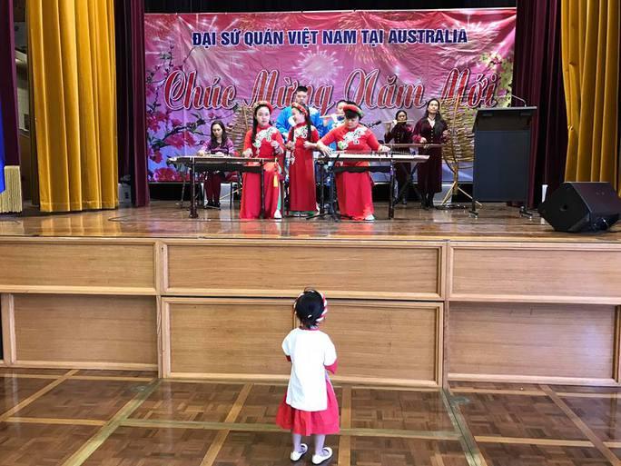 Ban nhạc dân tộc của gia đình biểu diễn phục vụ bà con những giai điệu về quê hương
