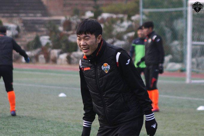 Xuân Trường nhận tin vui khi vừa được đón Tết Nguyên đán ở Việt Nam, vừa được CLB Gangwon trao số áo 28 ở mùa giải 2017