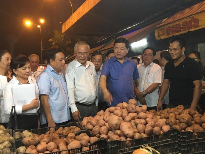 Bí thư Thành ủy TP HCM Đinh La Thăng khảo sát tại chợ đầu mối Hóc Môn