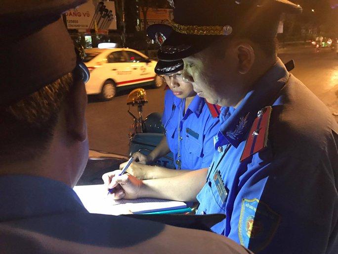 Thanh tra Sở GTVT TP HCM lập biên bản xử phạt xe dù