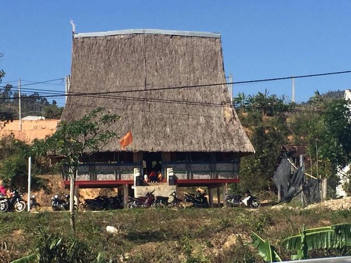 Cũng như nhiều thôn bản dọc dãy Trường Sơn, nhà rông ở thôn Đăk Sút (xã ĐăK Kroong, huyện ĐăK Glei, tỉnh Kon Tum) là điểm đến của bà con dân tộc Dẻ để tham gia chương trình đón xuân.