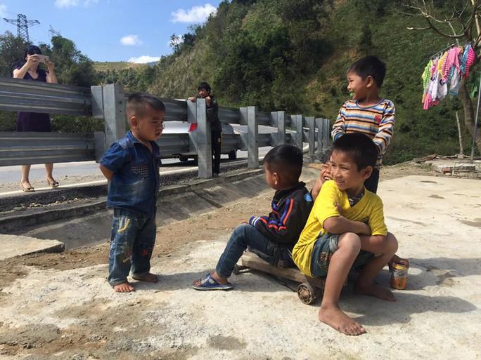 Những em bé này ở xã Đak Moa, huyện Đắk Glei, tỉnh Kon Tum dầm mình giữa nắng để chơi xuân trên những chiếc xe lăn do cha mẹ tự chế