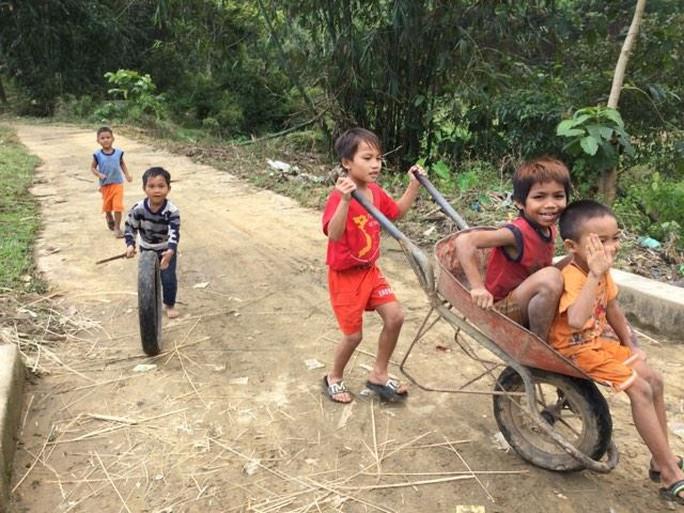 Với những em bé này ở thôn 3 xã Phước Mỹ (Play Kông Ta Nang), huyện Phước Sơn, tỉnh Quảng Nam, thì niềm vui xuân là được thỏa thích chơi theo ý muốn