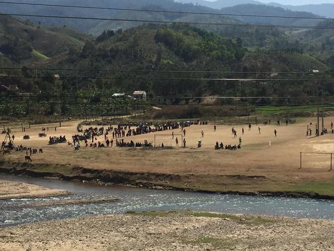 Giữa trưa 30 nắng như đổ lửa, bà con dân tộc vẫn hào hứng cùng các đội bóng đá của thôn bản mình đang tranh tài trên sân bóng ở một thung lũng thuộc huyện Đăk Glei (Kon Tum). Ảnh chụp từ trên đèo Lò Xo