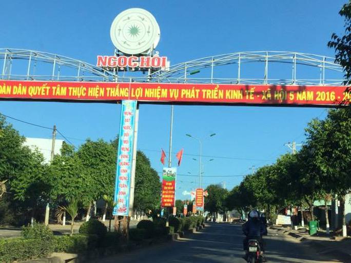 Tuyến đường Quốc lộ 14 đi qua trung tâm huyện Ngọc Hồi, tỉnh Kon Tum được trang hoàng không thua kém các vùng dân cư ở miền xuôi