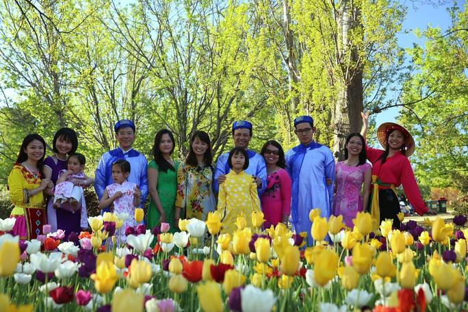 Các bạn du học sinh Việt Nam quảng bá văn hóa Việt Nam tại Canberra cùng các nhân viên Đại sứ quán