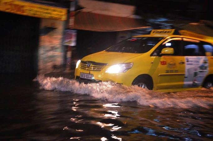 Đến khoảng 20 giờ, nhiều đoạn ngập sâu nước đã rút dần và giao thông mới dần ổn định trở lại