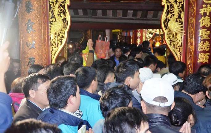 Dân và du khách chen lấn, xô đẩy nhau vào khu vực cấm cung. Tuy nhiên năm nay ban tổ chức đã dọn sạch đồ lễ nên không còn để cướp