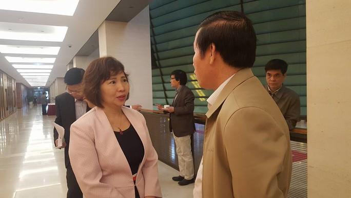 Thứ trưởng Bộ Công Thương Hồ Thị Kim Thoa bên hành lang Quốc hội - Ảnh: Bảo Trân
