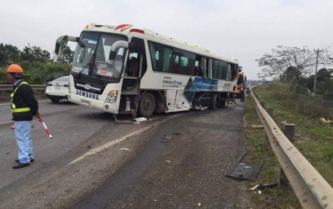 Chiếc xe chở công nhân của công ty Samsung trong vụ tai nạn