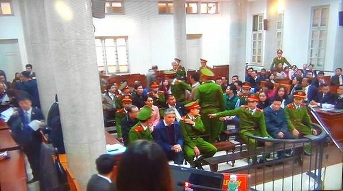 Hà Văn Thắm cùng các bị cáo sau khi được dẫn vào phòng xét xử